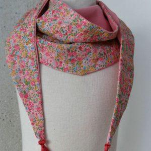 Cazamarmaille-cheche-enfant-rose-pale-et-fleurs-sur-mannequin