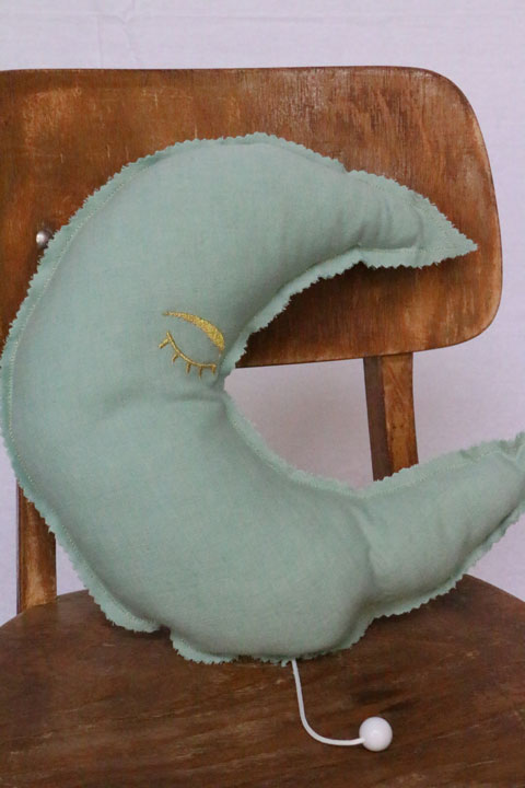 Cazamarmaille-coussin-musical-lune-vert-pastel-broderie-doree