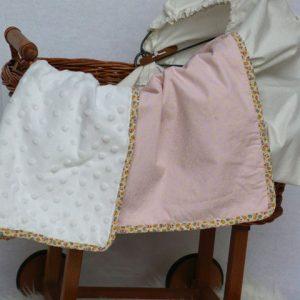 Cazamarmaille-couverture-bebe-rose-pastel-dans-berceau