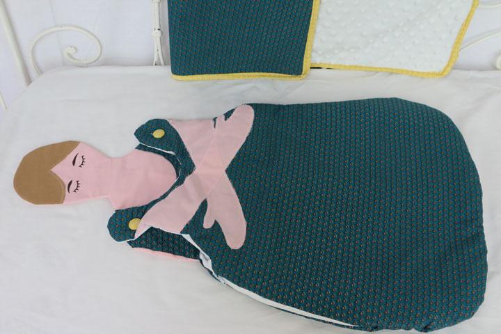 Cazamarmaille-gigoteuse-maman-et-moi-petrole-et-couverture-assortie-horizontale
