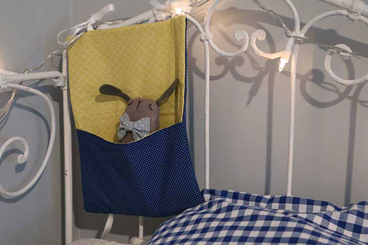 cazamarmaille-pochette-doudou-bleue-et-jaune-suspendue-web