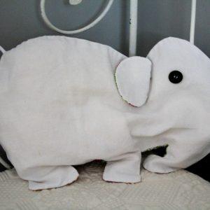 Cazamarmaille range pyjama elephant sur le lit