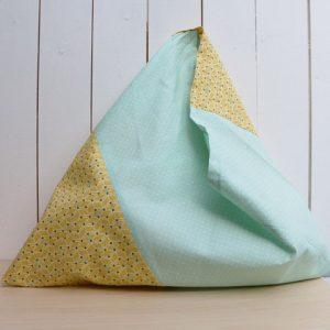 Cazamarmaille-sac-bicolore-turquoise-et-moutarde-posé-1