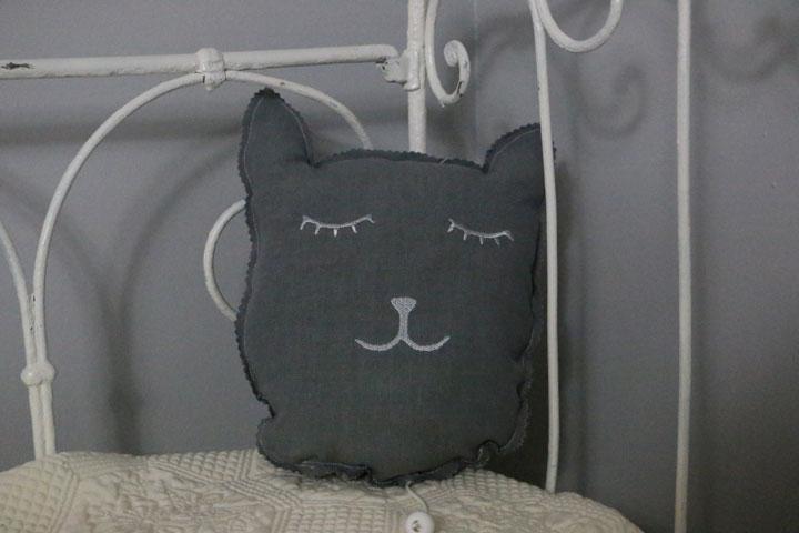 Cazamarmaille-coussin-musical-chat-gris-et-argent