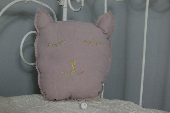Cazamarmaille-coussin-musical-chat-rose-et-dore