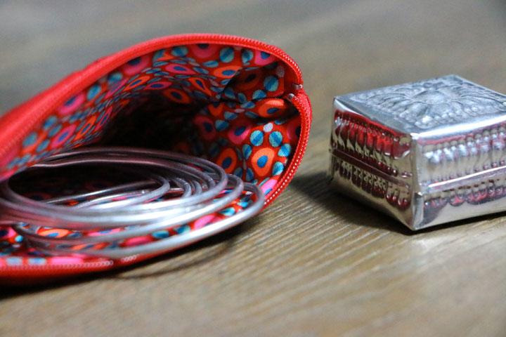 Cazamarmaille-porte-monnaie-rouge-guitare-petit-pan-ouvert