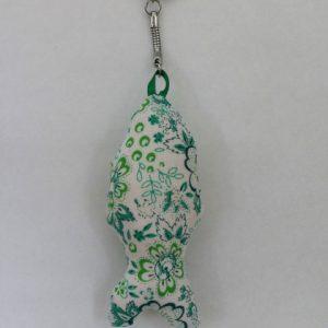 Cazamarmaille-porte-clés-poisson-blanc-et-fleurs-vertes-posé