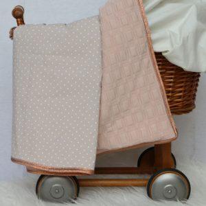 Cazamarmaille-couverture-bebe-beige-pois-blancs-dans-berceau