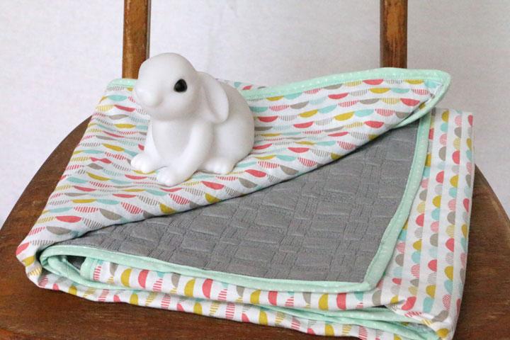 Couverture b b en coton blanc motifs demi lunes et - Couverture en coton ...