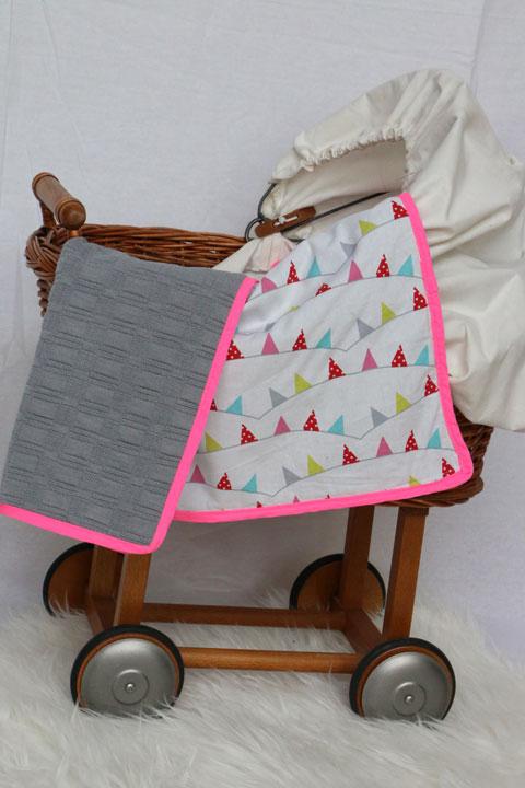Cazamarmaille-couverture-bebe-fanions-multicolores-dans-berceau