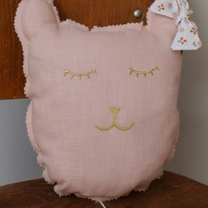 Cazamarmaille-coussin-chat-rose-pastel-et-roses-1