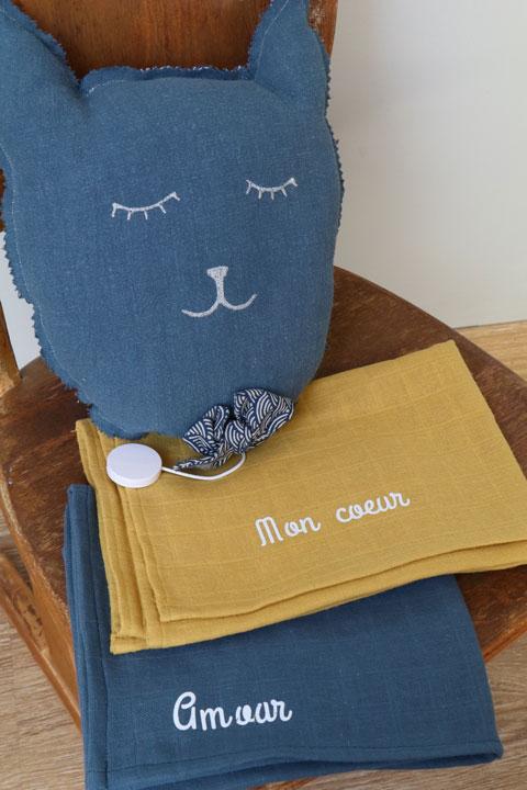 Cazamarmaille-ensemble-bleu-et-moutarde-coussin-chat-et-langes