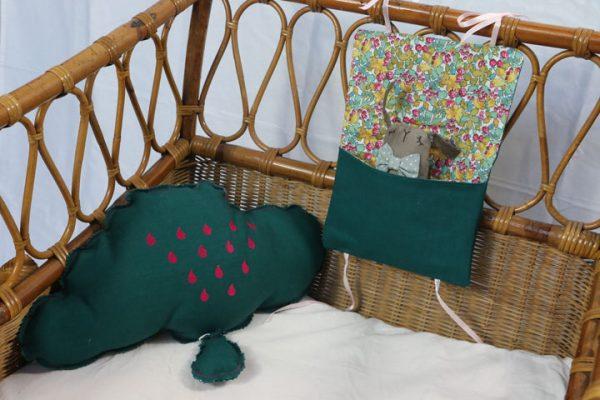 Cazamarmaille-ensemble-vert-emeraude-coussin-nuage-et-pochette-doudou-vert-et-fleurs