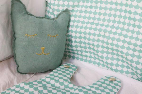 Cazamarmaille-ensemble-vert-pastel-coussin-chat-gigoteuse-tour-de-lit