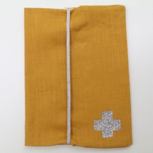 Cazamarmaille-protege-carnet-sante-bigbobo-jaune-et-étoiles-ferme